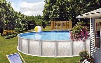 MODERNE BASSENG: Det blir stadig mer populært med store basseng som ikke graves ned. Men kravet til sikkerhet er det samme som for 'vanlige' svømmebasseng.