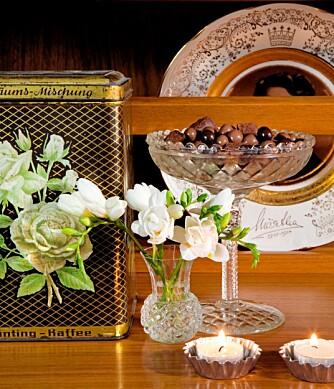 KLART FOR KOS: Hvite blomster og en fin, gammel skål med sjokolade gjør det hjemmekoselig.