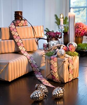 LEKRE BÅND: Bånd gjør gavene ekstra fine. Alexandra har brukt et gammelt indisk saribånd på pakken, og som dekor på kulene.