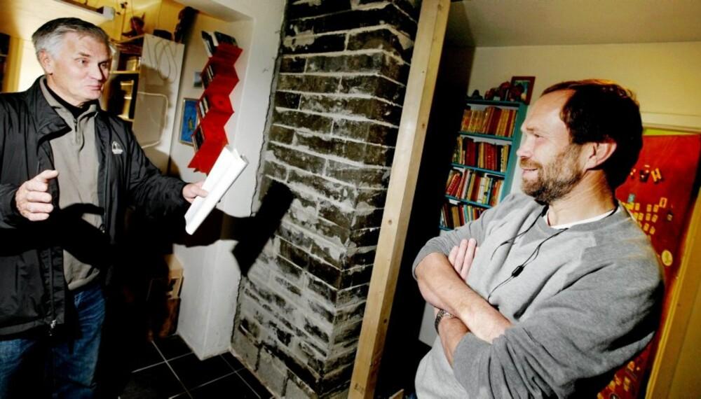 UNDERETASJEN: Petter Hultin (t.h.) har bygd opp første del av pipa, som kommer til å varme opp hele etasjen selv om brennkammeret står i etasjen over. William Jansen (t.v.) er fornøyd med sitt plassbesparende oppvarmingskonsept.