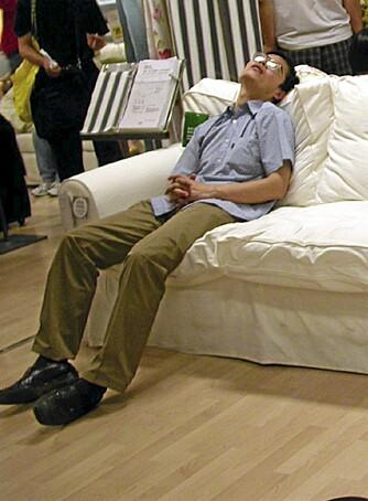 """SOVER: Denne mannen har rett og slett lagt seg til å sove på Ikea-sofaen. Foto: <a href=""""http://www.flickr.com/photos/oldtasty/386414/"""">oldtasty</a> på Flicker.com. Noen <a href=""""http://creativecommons.org/licenses/by/2.0/deed.en_GB"""">rettigheter</a> reservert."""