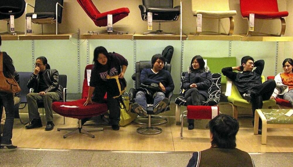"""ADSPREDELSE: Kineserne tester gjerne ut stolene på Ikea, men få ender opp med å kjøpe dem. Foto: <a href=""""http://www.flickr.com/photos/pmorgan/5517848/"""">pmorgan</a> på Flicker.com. Noen <a href=""""http://creativecommons.org/licenses/by/2.0/deed.en_GB"""">rettigheter</a> reservert."""