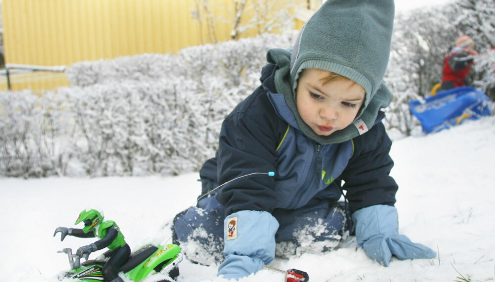 VINTERSTØVLER OG VINTERDRESSER: Norske barn leker mye ute, også om vinteren. Det stiller høye krav til klær og utstyr.