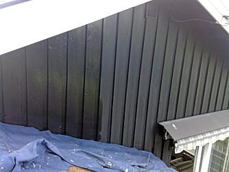 Huset til malermesteren: Den falma malingen er oljemaling påført for fire år siden. Den nye påførte malingen er akrylmaling, altså vannbasert. Det er samme farge.