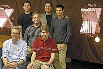 GJENNOMBRUDD: Forskergruppen ved MIT som i 2007 demonstrerte trådløs strømoverføring. Her står forskerne mellom strømkilden (t.v.) og strømmottakeren med lysende pære (t.h.).