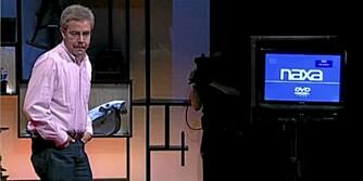 TRÅDLØS: Eric Giler demonstrerer hvordan man får strøm til en tv uten verken ledninger eller batteri.