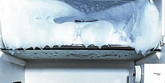 AVISING: Løs is i fryseren ved å sette en kjele med kokende vann i skapet/boksen etetr at strømmen er slått av.
