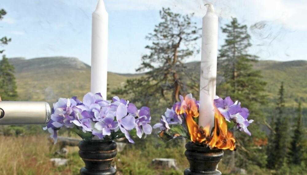 BRANNHEMMENDE SPRAY: Her er dekorasjonen til venstre sprayet med brannhemmende middel, mens den til høyre er uten.