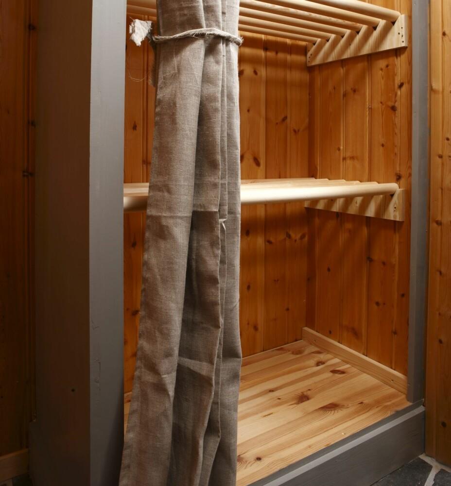 PLASSBESPARENDE SKAP: Det selvlagde tørkeskapet kan romme yttertøyet til en hel familie.