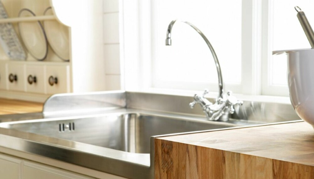 ENKLE TRIKS: Kjøkkenvask med nytt armatur og benkeplate.