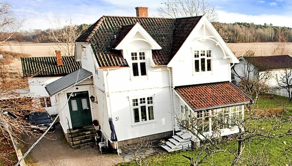LANDLIG SENTRALT: Denne sveitservillaen en snau kilometer fra Gamlebyen i Fredrikstad har en prisantydning på 2,85 millioner kroner.