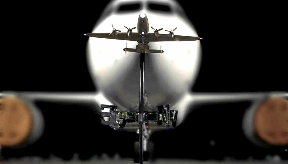 LILLEBROR: Windliner, som den naturtro flyværhanen heter, blir knøttliten sammenlignet med et ordentlig fly under photoshoot på Københavns lufthavn.