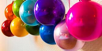 UTRADISJONELT: Stylisten pynter med mange farger til jul.