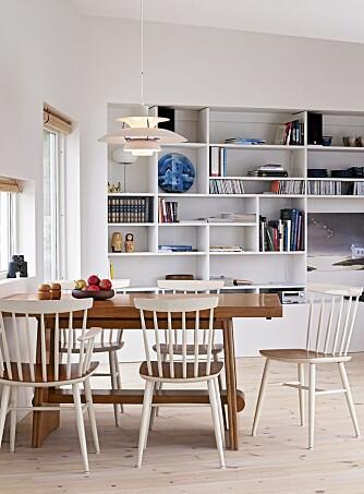 Nøkternt og robust. Pinnestoler og finert bord er kjøpt brukt og samsvarer med hyttas enkle men sofistikerte profil. De enkle furupersiennene tilvirket av Villy Grambo på Elverum drar i samme retning. Den asymmetriske hylla er designet av Sigrid Bjørkum.