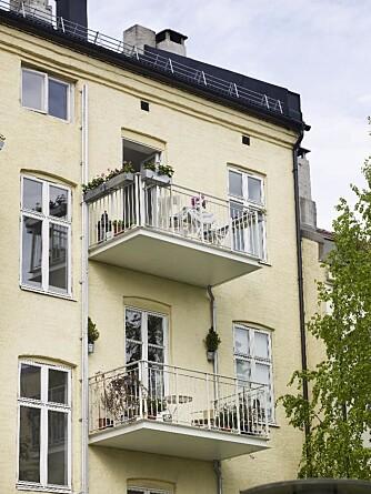 MANGE HENSYN: Hensynet til fasadekomposisjonen førte til at balkongene ble midtstilt under vinduene. For at balkongen skulle innpasses under de to vinduene til venstre, ble myndighetenes krav til maksbredde fraveket med 0,7 m. Undersiden av balkongene er holdt i hvitt for å reflektere mest mulig lys og minimere skyggevirkningen for naboene under. Vannet ledes inn mot veggen og ned i et eget nedløpssystem.