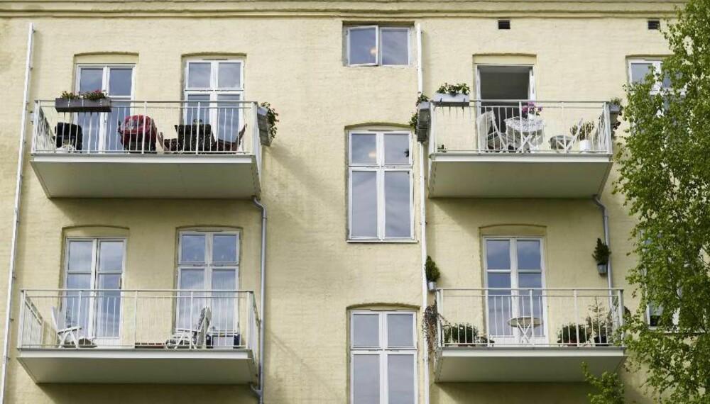 KOMPONERT: Hensynet til fasaden førte til at balkongene ble midtstilt under vinduene. Undersiden av balkongene er holdt i hvitt for å reflektere mest mulig lys og minimere skyggevirkningen for naboene under.