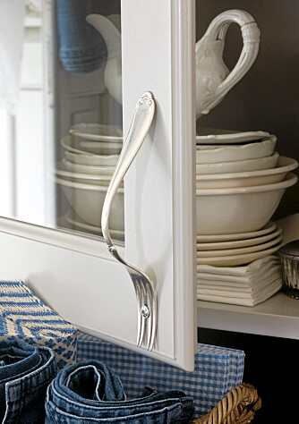 GAFFELHÅNDTAK. Bøy gaffelen, fest den med skrue og lim og du har et originalt håndtak.