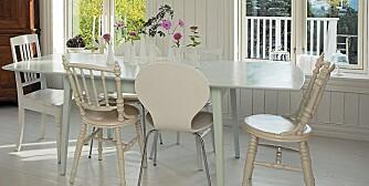 Gamle, slitne stoler får nytt liv om du gir dem et par strøk med maling. Sats på samme farge på stolene for å skape helhet. Miks med nye stoler.