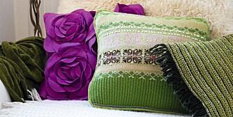 LAG SELV: En kul, hjemmelagd pute av en gammel strikkegenser setter preg på en kjedelig sofa.