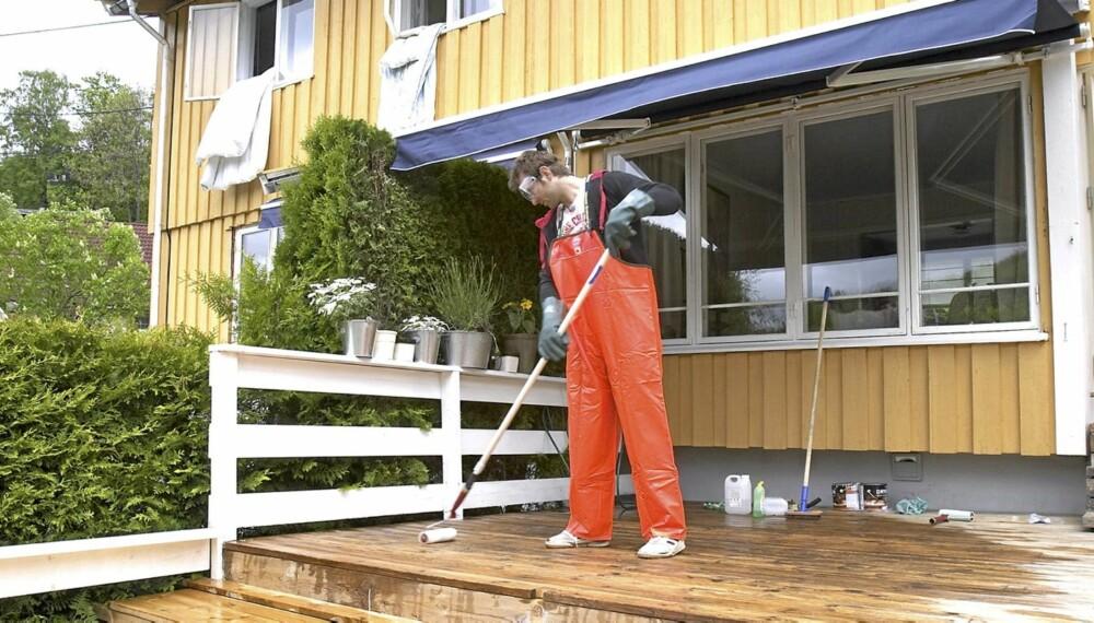 VÅRLIGE SYSLER: Terrassevask er en av vårens sysler for å klargjøre hus og hage til sommerens komme.
