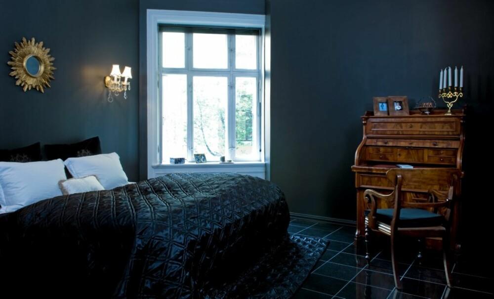 DYNAMISK LØSNING: Å legge soverommet der kjøkkenet lå før, ga en mer dynamisk planløsning. De hvite putene i sengen er valgt med tanke på å skape en brytning mot det svarte. Speilet er en gave fra far, lampettene er kjøpt i en bruktbutikk og sengeteppet er fra Ellos.