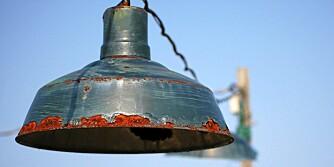 """RUSTEN LAMPE: Tiss på lampa eller legg den i hagen, og få den rette indutstrielle looken. Foto: <a href=""""http://www.flickr.com/photos/srslyguys///"""">srslyguys</a> på Flicker.com. Noen <a href=""""http://creativecommons.org/licenses/by/2.0/deed.en_GB"""">rettigheter</a> reservert."""
