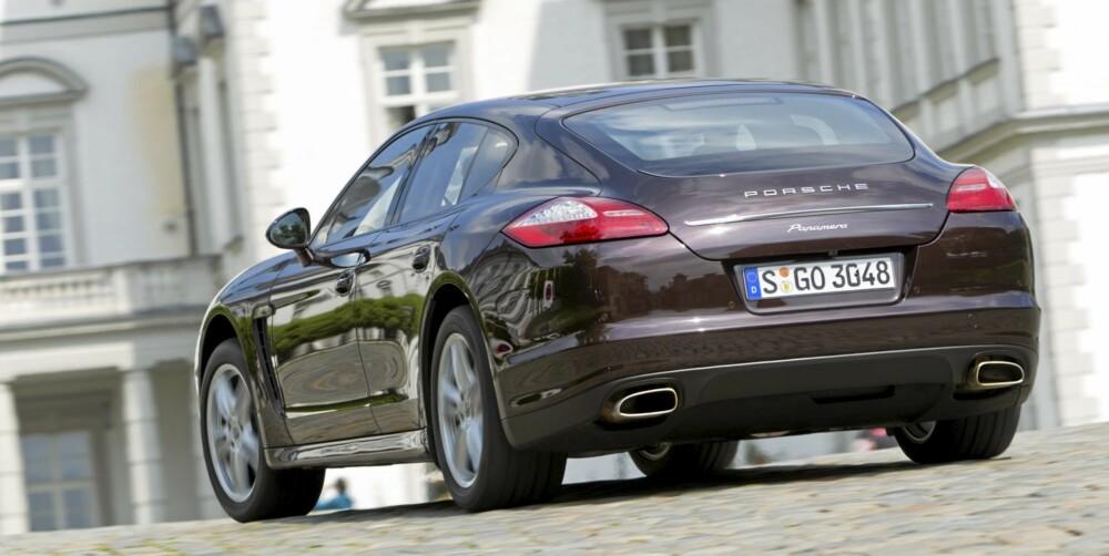 TYPISK PORSCHE: Panamera ser ikke ut som noen annen bil, men Porsche-trekkene er like fullt på plass.