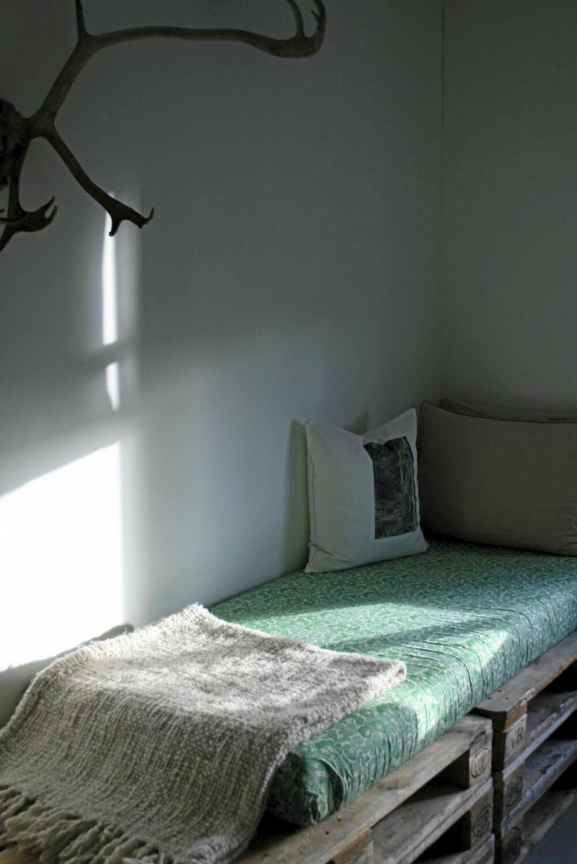 GJESTESENG/SOFAKROK: Bloggeren Ellen Thorstensen viser på bloggen sin Hello House hva man kan gjøre ut av gamle paller. Her har hun laget en lekker gjesteseng/sofakrok ved å stable paller oppå hverandre.
