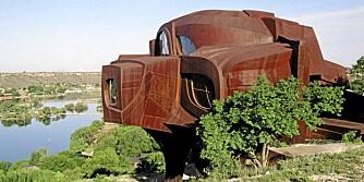 BARSK. Det rustne stålhuset står som en knyttneve i det øde Texas-landskapet.