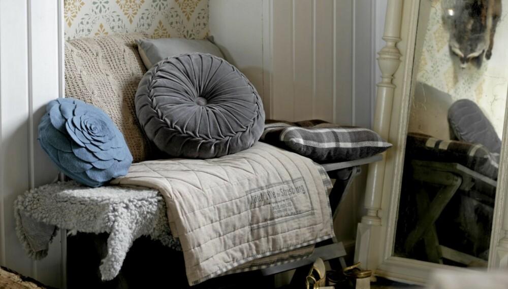 Kontraster i teksturer, formspråk og materialer er fremtredende i høstens interiørtrender. Tekstiler som velur, strikk og jeans er viktig, kombinert med treverk og skinn.