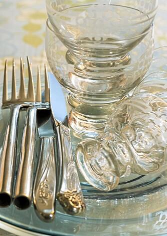 SKINNENDE. Sølvtøyet legger du i varmt vann sammen med en neve salt. Vips, skinnende blankt.