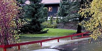 DRENERING: Løsningen når himmelens sluser sender kaskader av vann innover hagen din, kan være å bygge en dreneringsgrøft.