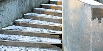 FEI FOR EGEN TRAPP. Det aller beste er å holde snøen unna trappetrinnene. Har isen først lagt seg, er en god spade fin førstehjelp.