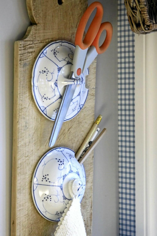 FLERFUNKSJONELL: Her har en gammel brødfjøl og to Egersund lokk blitt et dekorativt oppheng for kjøkkenhjelperne dine.
