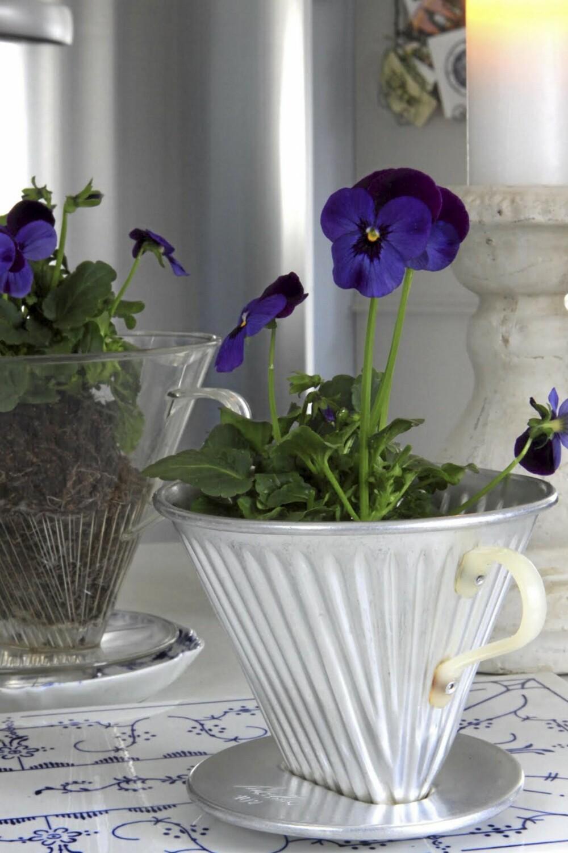 VAKKER VASE: Mangler du potter for blomstene dine kan en nostalgisk filterholder gjøre jobben.