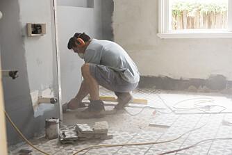 DYR INVESTERING: Dårlig utført arbeid og bruk av dårlige materialer på badet kan gjøre oppussingsprosessen langt mer kostbar enn først antatt. Foto: gettyimages.com
