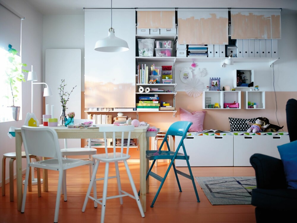 RULLEGARDIN: Her er det mange hyller på veggen, og et rullegardin kan trekkes ned når man vil ha ro i rommet.