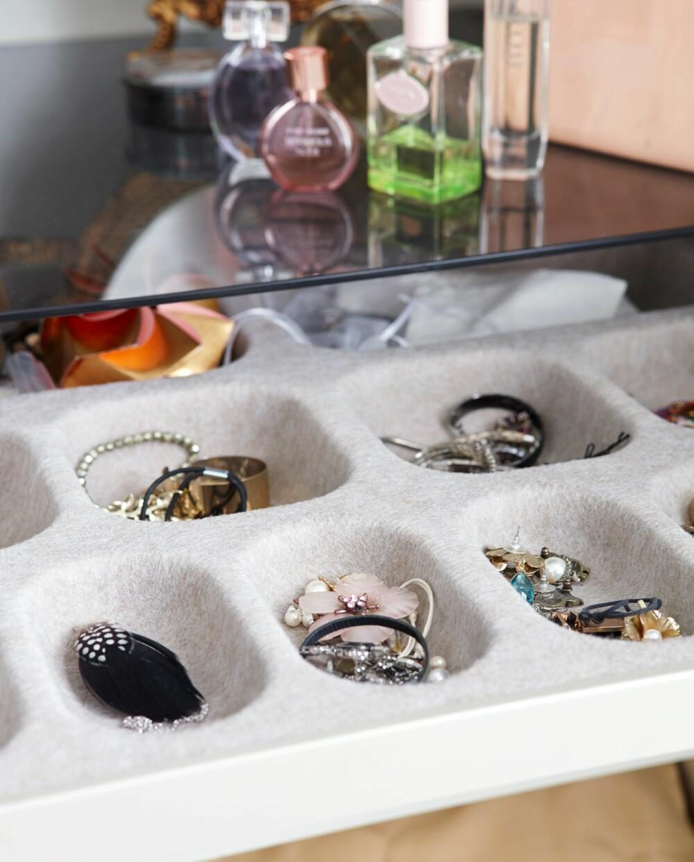 GOD OVERSIKT: Samle smykker i en egen smykkeskuff. Rydd opp og samle beslektede gjenstander sammen, så får du full oversikt.