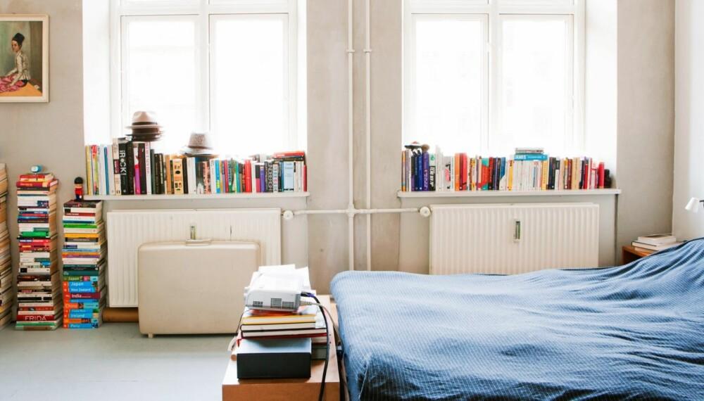 LØSNINGSORIENTERT: Tenk muligheter, ikke begrensninger. Vinduskarmer? Bruk dem til bøkene dine. Gulv til overs? Kanskje en stabel bøker kan være noe?