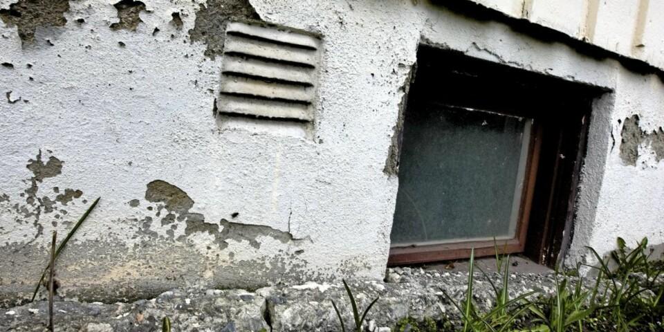 DÅRLIG DRENERING: Manglende, eller dårlig drenering rundt huset, kan medføre fukt og skader på grunnmuren.