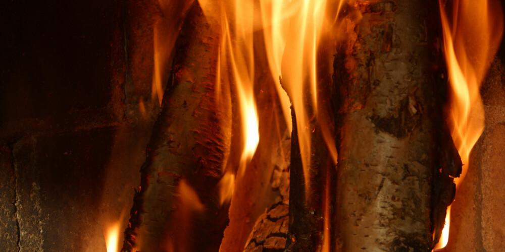 TØRR BRENNER BEST: Fyrer du med tørr og fin ved vil det brenne godt. Ender du opp med rå ved derimot blir jobben mye vanskeligere.