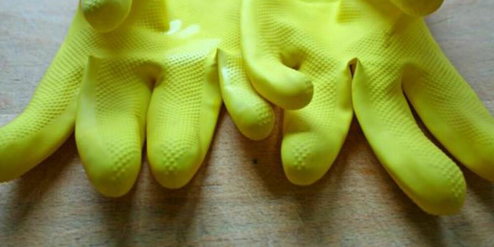 GUMMIHANSKER: Når du skal gjøre rent på steder som fulle av skitt og basselusker kan det lønne seg å ikke glemme hanskene.
