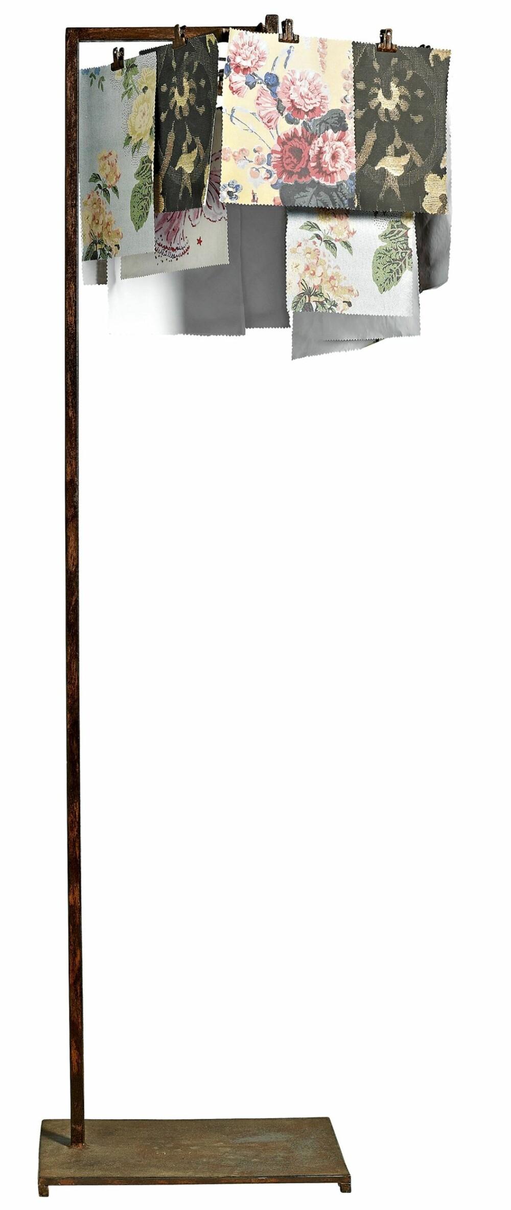 NOSTALGISK: Rusten metall og romantiske mønstre gir denne lampen fra Nordal et røft og søtt uttrykk.