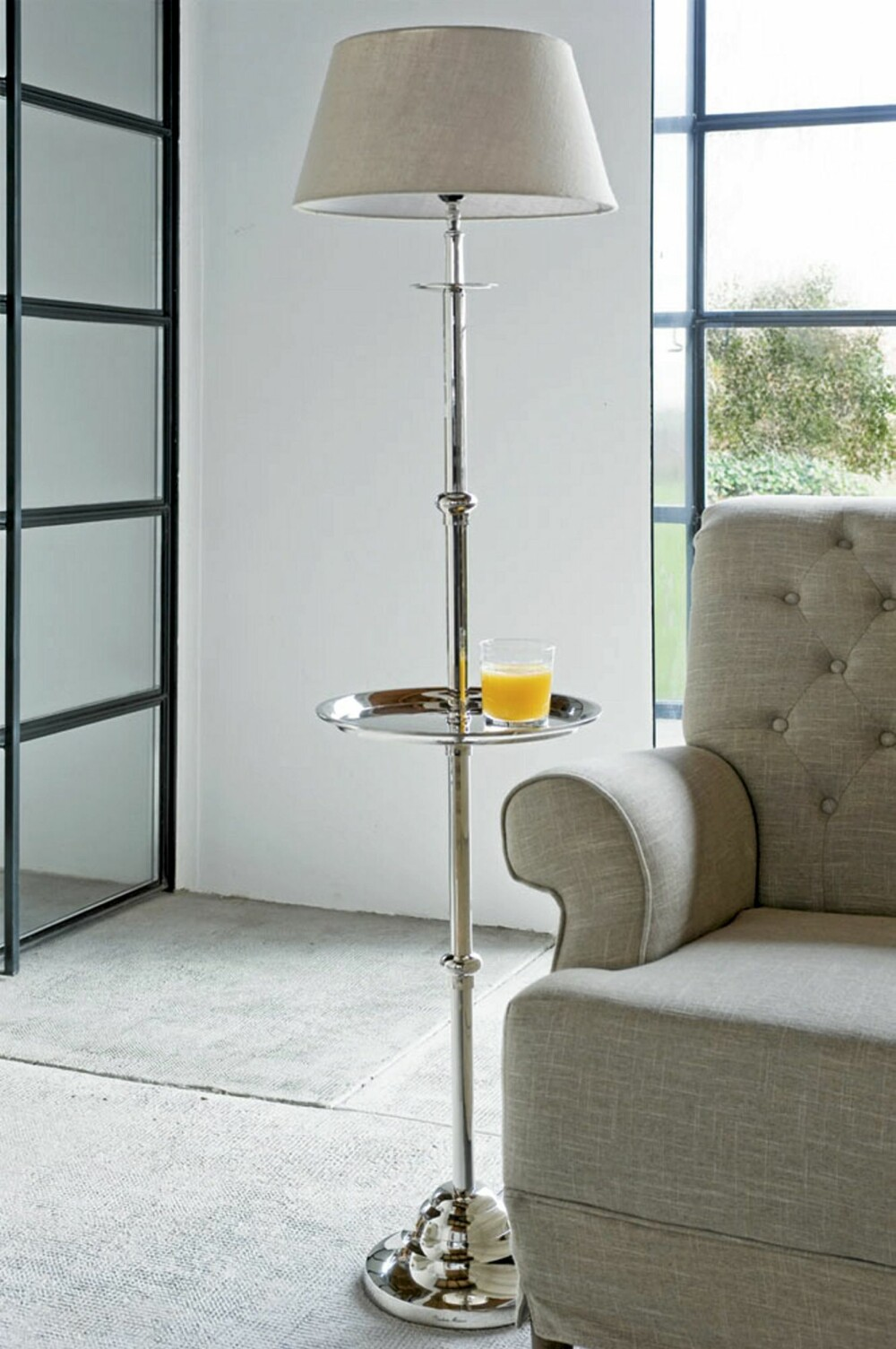 PRAKTISK OG KLASSISK: Denne klassiske lampen fra Riviera Maison dekker flere behov enn bare belysningen.