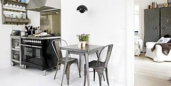 INDUSTRIELT UTTRYKK: Kjøkkenet ligger i forbindelse med stuen, adskilt av en glassdør. Den store Ilve-komfyren ble utgangspunktet for innredningen av kjøkkenet, og den  definerte også den litt rå, industrielle stilen. Det lille spisebordet er fra Fil de Fer, stolene fra Butik Sophie, og lampen er Pantons Flower Pot.