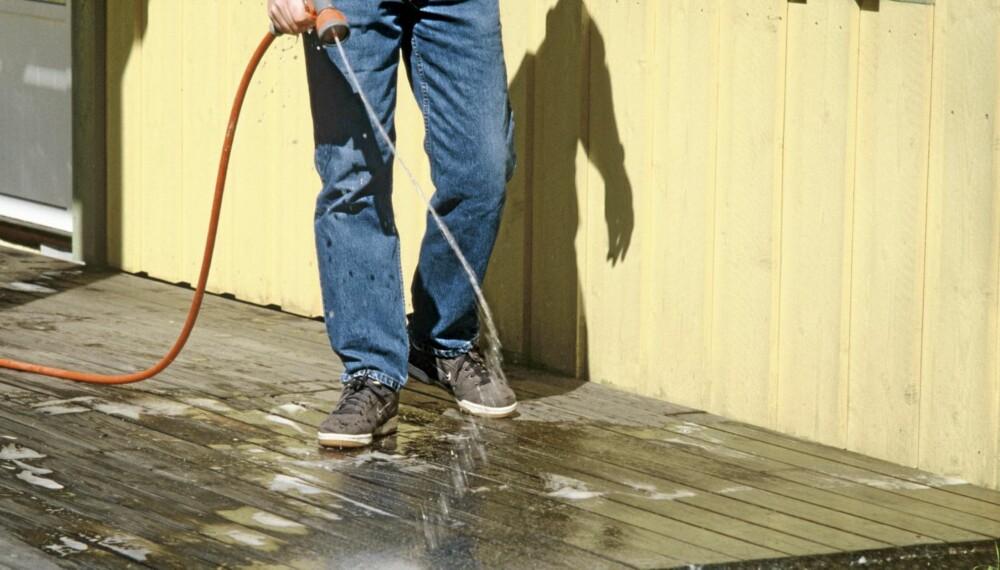 TERRASSERENGJØRING: Tiden er inne for å fjerne vårens etterlatenskaper. Vann, kost og litt husvask er sannsynligvis alt du trenger.