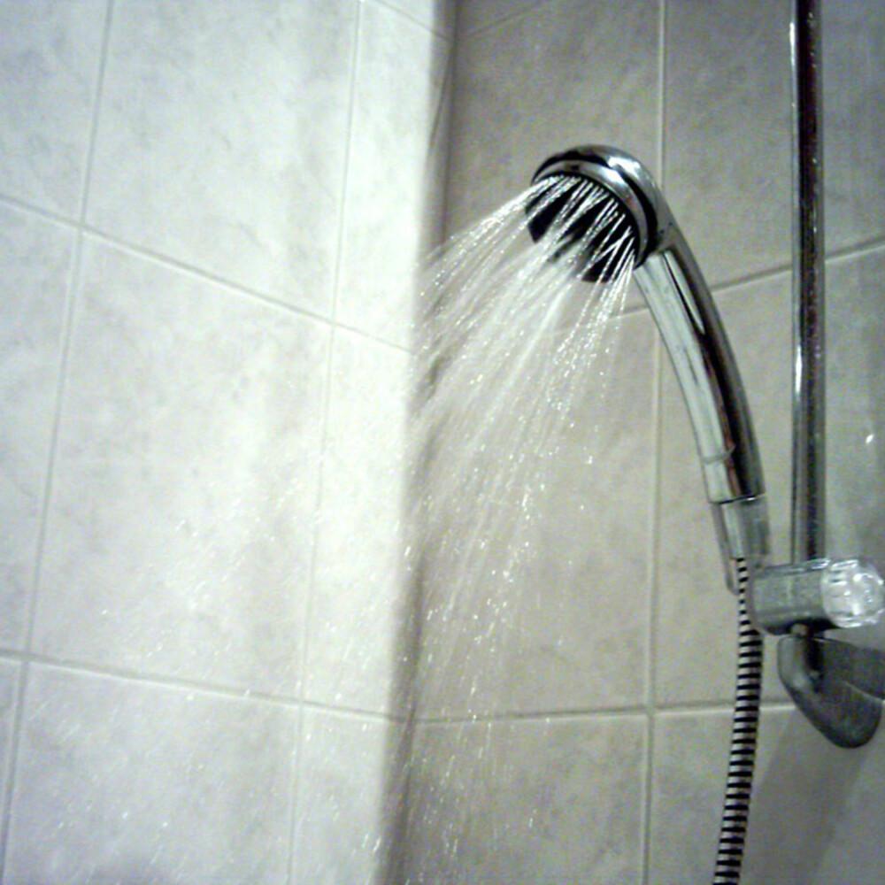 HODEBRY: Dersom dusjhodet blir tett av kalkavleiring blir ikke morgendusjen like deilig. Rengjør kjapt og billig med eddik.