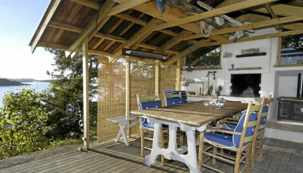 UTESTUE MED TAK: På denne uteplassen sørger tak og vegger samt peis for at eierne kan sitte ute fra vår til høst. Foto: FOTO: Vidar Askland