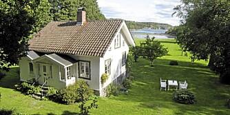 STRØMSTAD: Fritidshus, 1½ etasje med kjeller. 7 rom. Boareal 141 kvm. Tomt 51.000 kvm. Byggeår 1891. Visning: 2/4 kl 11:00-11:45. Pris 14.200.000 millioner svenske kroner.