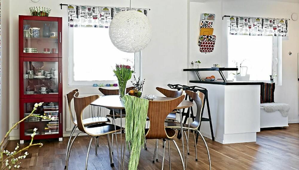 Kjøkkenet er fra Ikea, og var nyoppusset da familien flyttet inn i 2009. Alt de gjorde var å male den eikefargede benkeplaten svart og ellers sette inn lett flyttbare og fargerike detaljer. Veggen til venstre på kjøkkenet prydes av tekstilen Susanna fra Ikea.